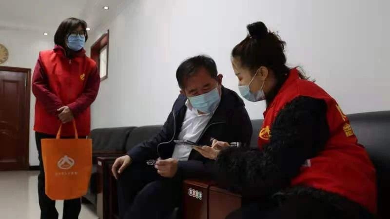 市委书记刘果芳canjia人kou普查长表deng记